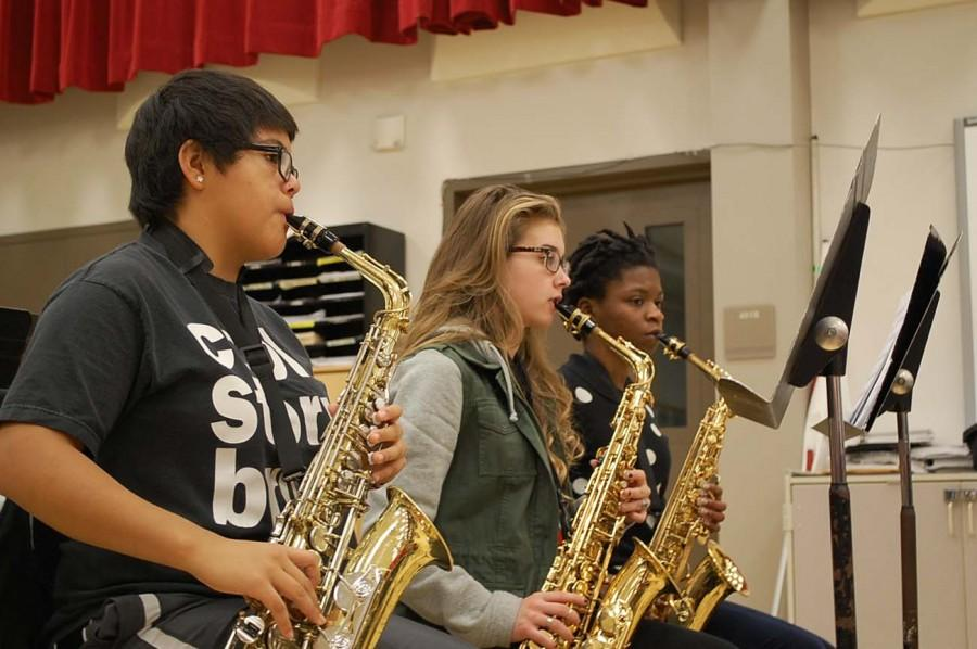 Melissa+Navarro+%E2%80%9817%2C+Alaina+Speiser+%E2%80%9816%2C+and+Olatundun+Awosanya+%E2%80%9816+practice+playing+their+saxophones+in+class.+Saxophones+are+members+of+the+woodwind+family.