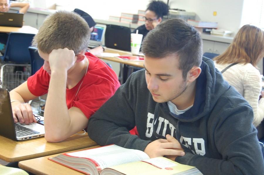 Estudiante+de+intercambio%2C+Manuel+Combarro+%28a+la+derecha%29+estudia+en+la+clase+de+ingl%C3%A9s.++Devon+Shewmaker+%28a+la+izquierda%29.+