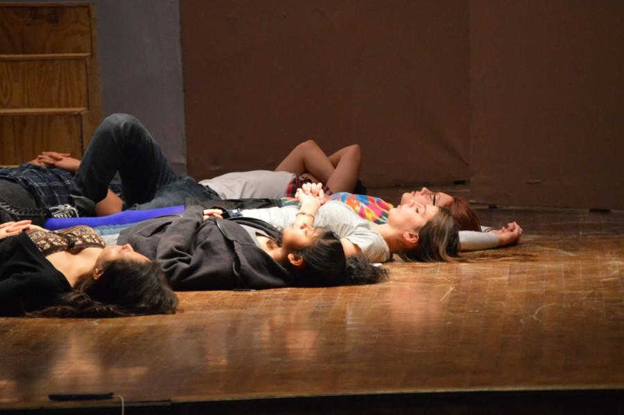 Actors rehearsing for the play after school. Los actors ensayan la obra después de clases.