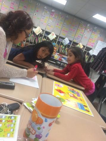 Alumna  ayuda a alumnos de kínder