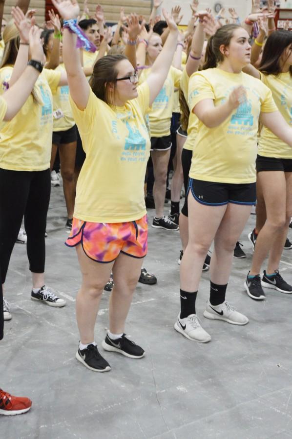 Los+bailarines%2C+sophomore+Kourtney+Cristensen+%28izquierda%29+y+freshman+Nicole+Whitman+%28derecha%29+participan+en+el+%C3%BAltimo+baile+del+marat%C3%B3n.+The+dancers%2C+sophomore+Kourtney+Christensen+%28left%29+and+freshman+Nicole+Whitman+%28right+%29+participate+in+the+marathon+last+dance+.