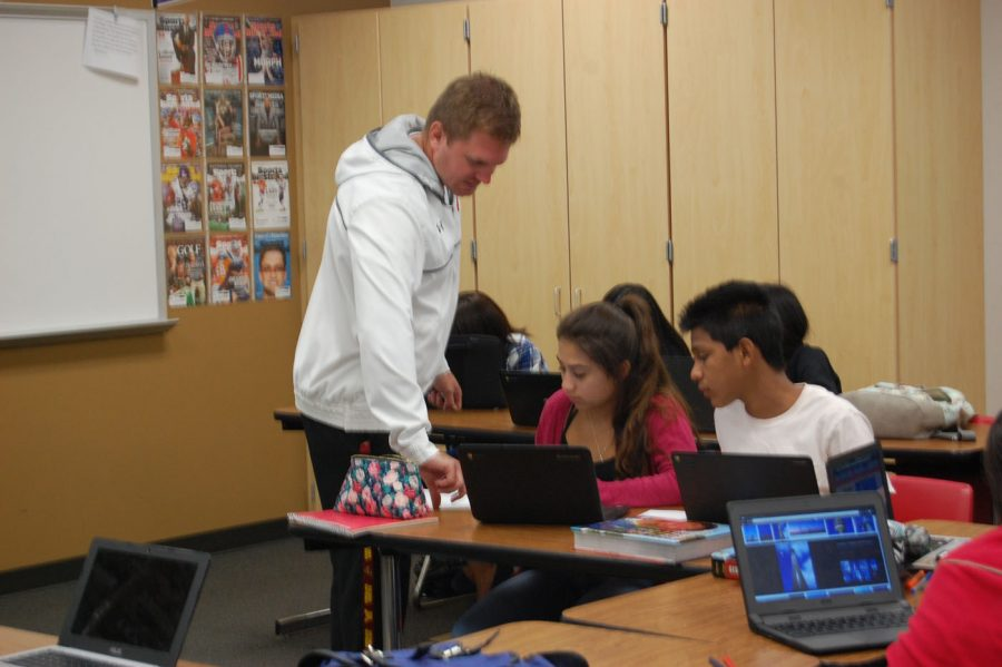 Social+Studies+teacher+Anthony+Braun+helps+students+finish+their+geographical+maps+on+Sept.+8.+Braun+agrees+with+the+email+sent+by+assistant+principal+AJ+Martzall.