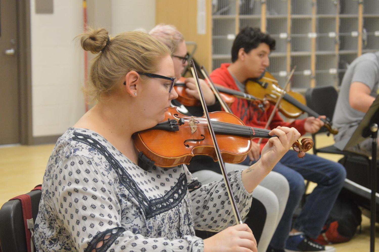 Junior Megan Gray practica con el grupo de orquesta que forma parte de la extravaganza. Sólo estudiantes seleccionados están parte del  actuación.
