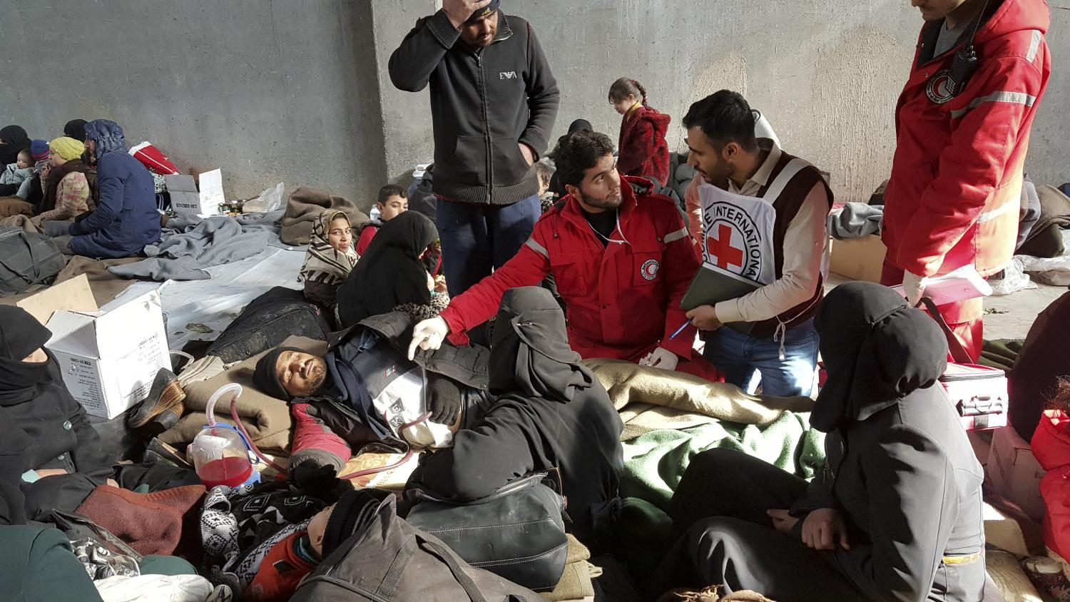 ICRC+and+Syrian+Arab+Red+Crescent+workers+assist+victims+and+assess+their+humanitarian+needs+Southeast+of+the+city+of+Aleppo%2C+Syria.