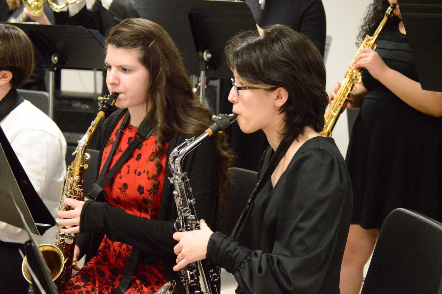 Sophomores+Julianne+Cooper+%28left%29+and+Sarah+Mendoza+%28right%29+plays+their+saxophones+together+during+the+concert.