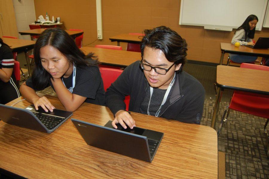 Estudiantes+trabajan+en+companeros+en+la+clase+de+idioma+extranjero+chino.+Contactan+con+su+maestra+por+la+computadora