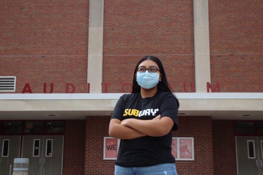 Nayeli Ahuatl posa para una foto con su camiseta de trabajo de Subway. Ahuatl a veces lucha por equilibrar la escuela y el trabajo.