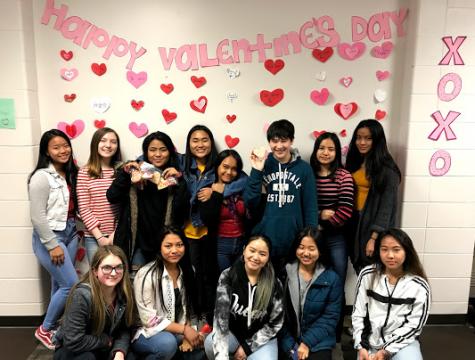 Los miembros del International Club se toman una foto después de decorar el salón de idiomas extranjeros para el Día de San Valentín.